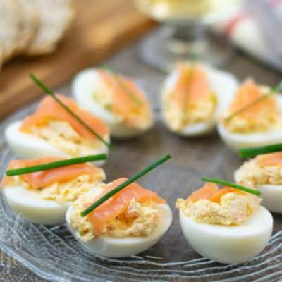 Huevos cocidos rellenos de salmón