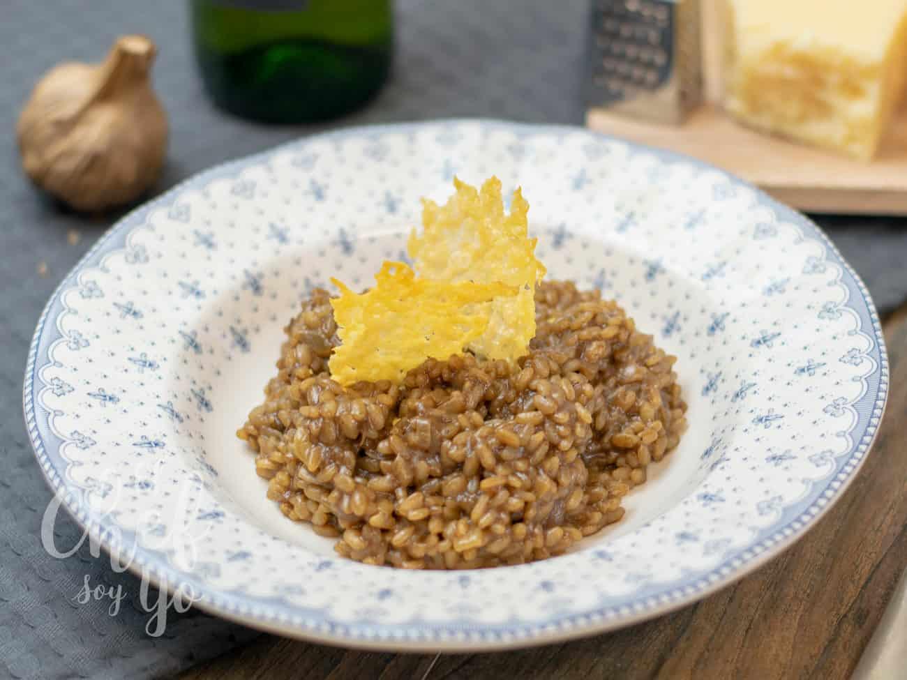 Risotto al ajo negro con chips de Parmesano