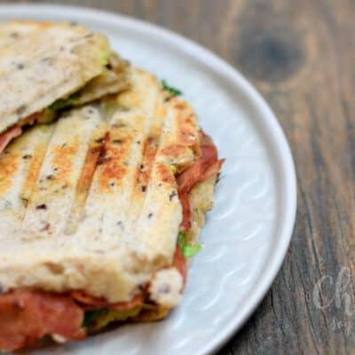 Sandwich de burrata, bacon y aguacate