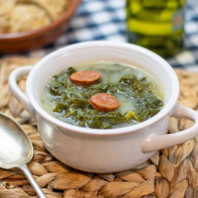 representación de la receta portuguesa caldo verde con kale